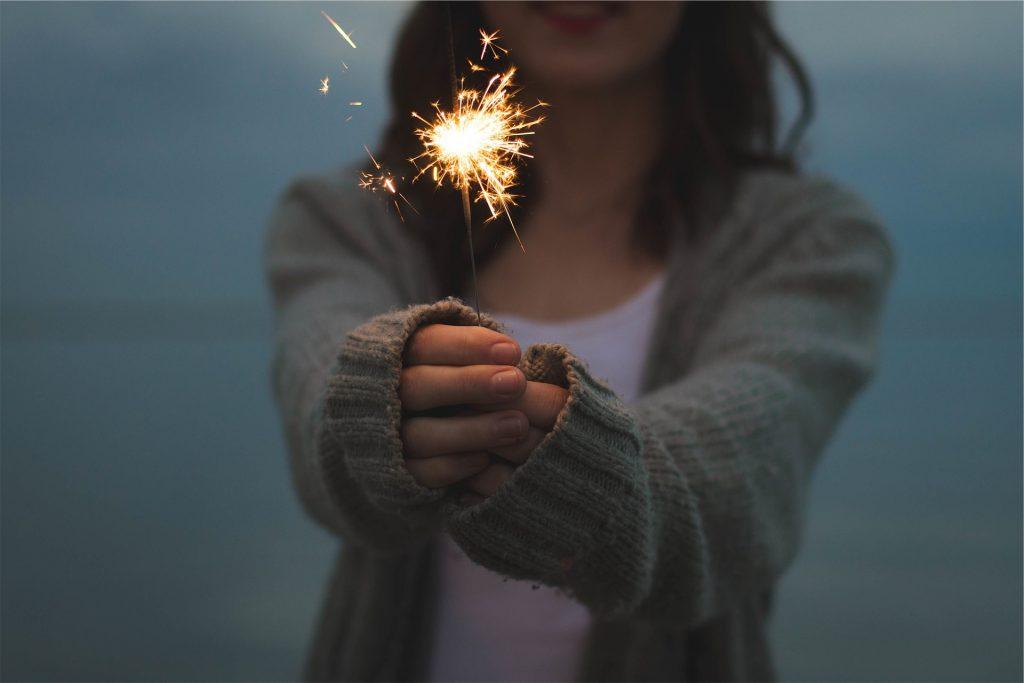 Mädchen mit Wunderkerze in den Händen